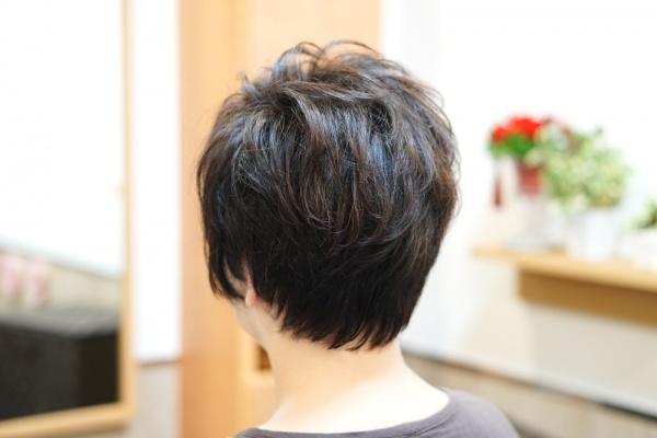 ショートヘアーの横顔