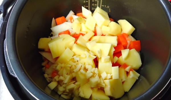 野菜を細かく切る